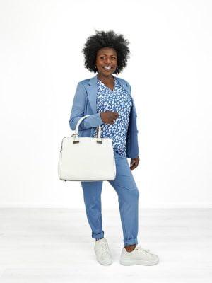licht blauwe travel broek met witte tas