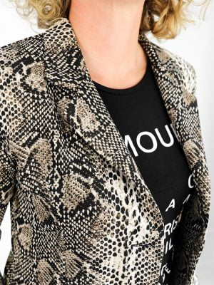 close-up van blazer met slangen print