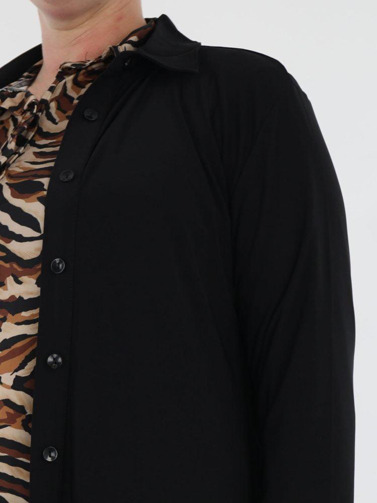 travel-blouse-lang-in-een-egaal-zwarte-kleur-van-angelle-milan