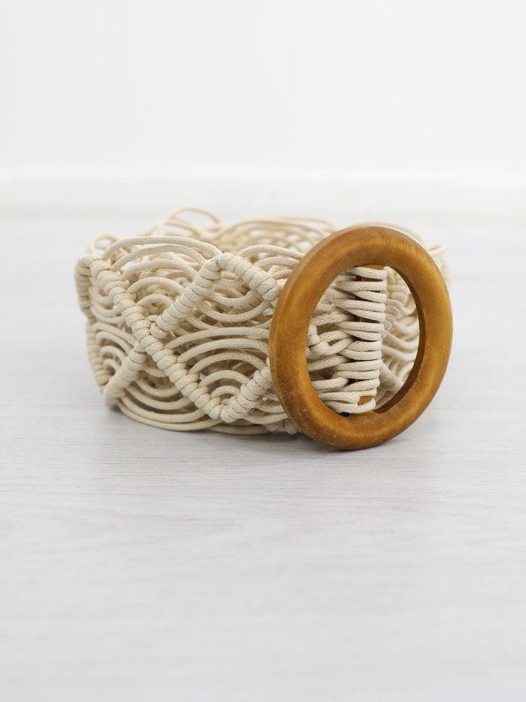 beige-gevlochten-riem-met-houten-gesp
