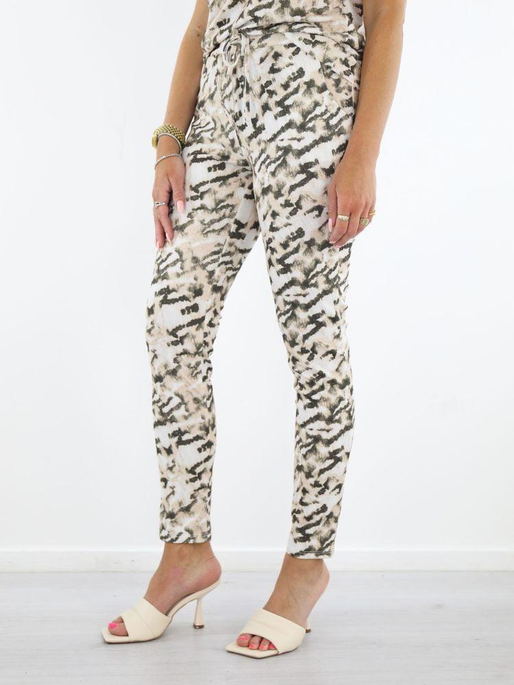 comfy-broek-met-camouflage-print-in-beige-en-bruin-van-vera-jo