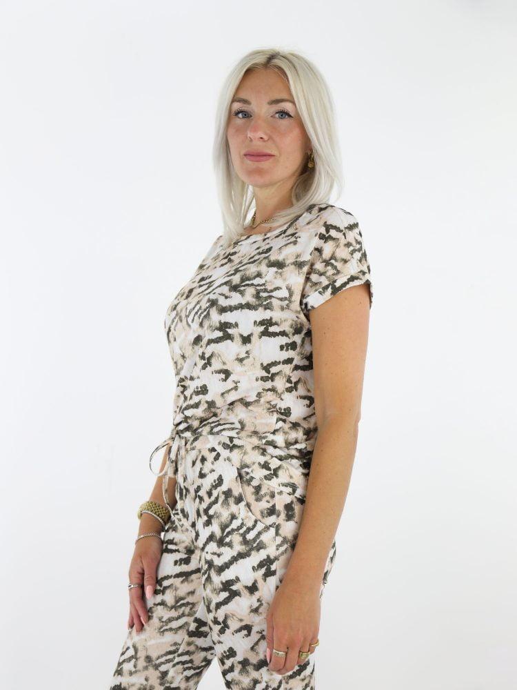 comfy-top-met-camouflage-print-in-beige-bruin-met-korte-mouwen-vera-jo