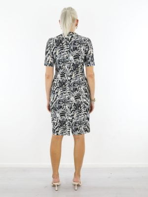 Travelstof-jurk-met-taupe-beige-print-zwart-van-Angelle-Milan