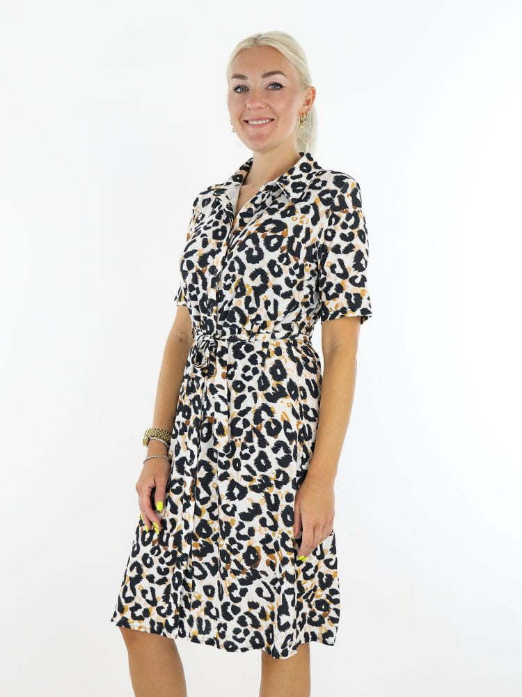 Travelstof-jurk-wit-gekleurd-met-zwart-oranje-leopard-print-van-Angelle-Milan