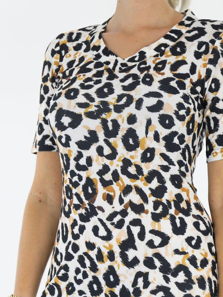 Witte-traveljurk-met-oranje-zwarte-leopardprint-van-Angelle-Milan