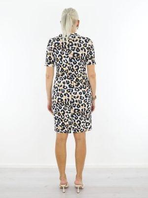 Witte-traveljurk-met-zwart-oranje-leopardprint-van-Angelle-Milan