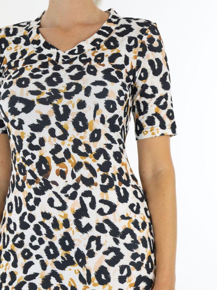 Witte-travelstof-jurk-met-oranje-zwarte-leopardprint-van-Angelle-Milan