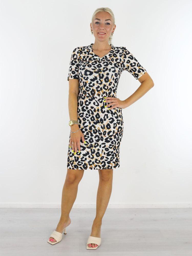 Witte-travelstof-jurk-met-zwart-oranje-leopardprint-van-Angelle-Milan-1