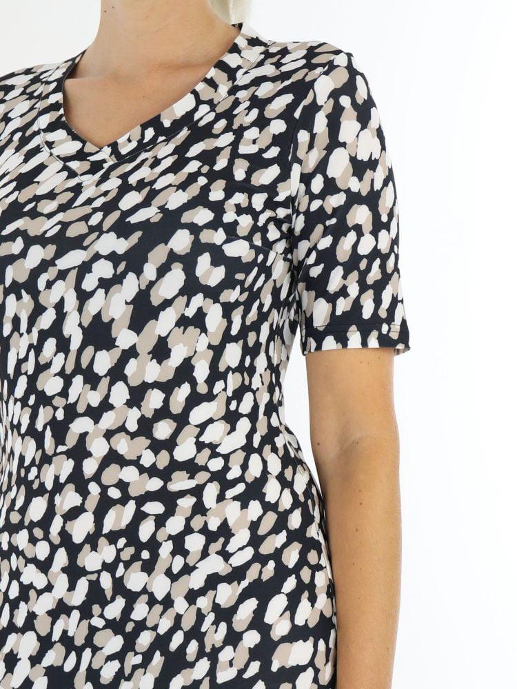 Zwarte-travelstof-jurk-met-witte-beige-vlekken-van-Angelle-Milan
