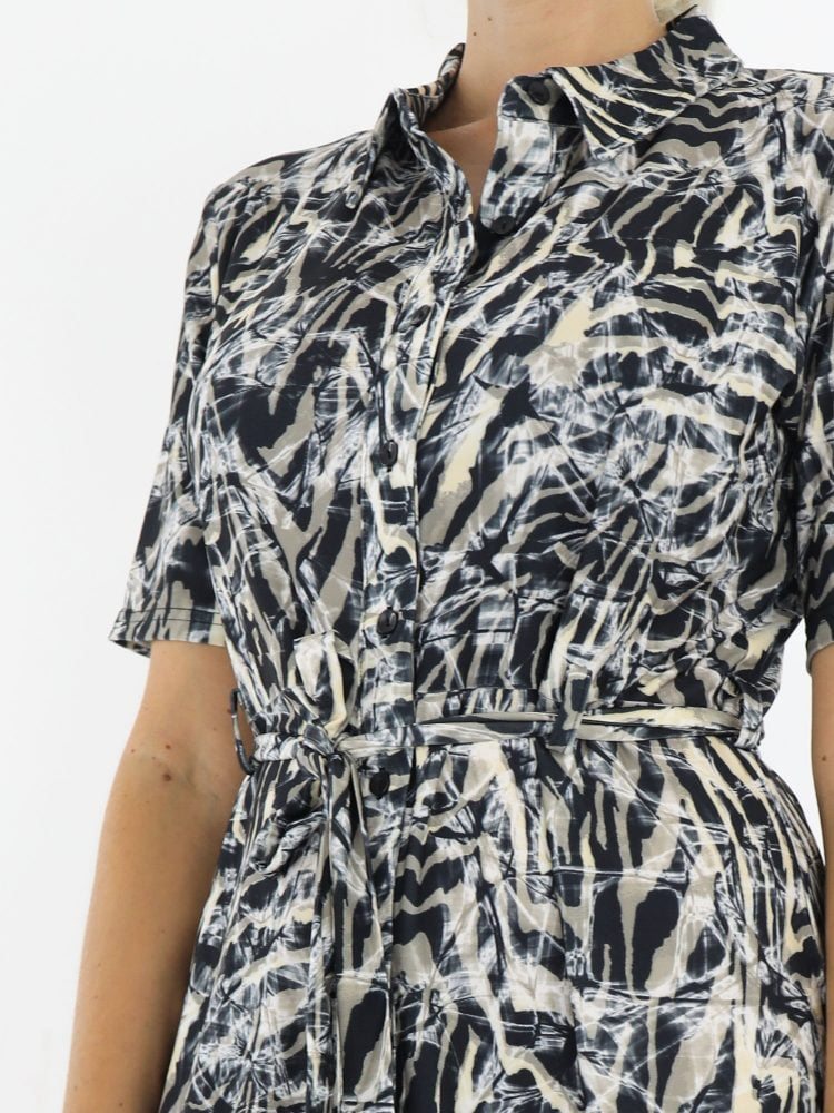 abstracte-jurk-van-travelstof-geknoopt-met-koord-in-zwart-met-beige-en-taupe-angelle-milan