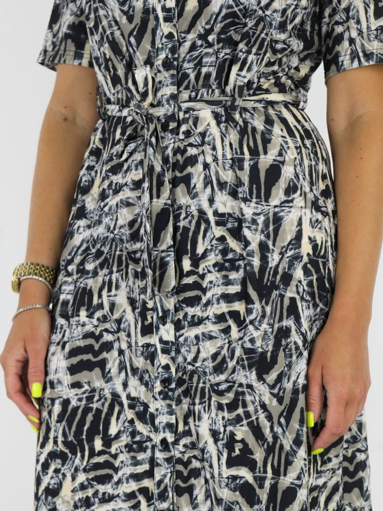abstracte-travelstof-jurk-in-zwart-met-beige-en-taupe-accenten-van-angelle-milan
