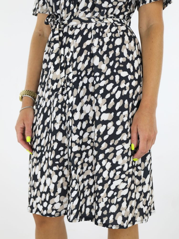 angelle-milan-geknoopt-jurkje-van-travelstof-met-vlekkenprint-in-zwart-met-koord-en-korte-mouwen