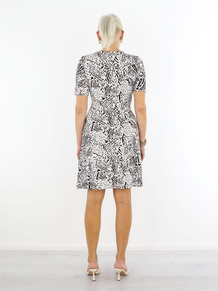 angelle-milan-jurk-van-travelstof-in-roomwit-met-print-in-zwart-en-taupe