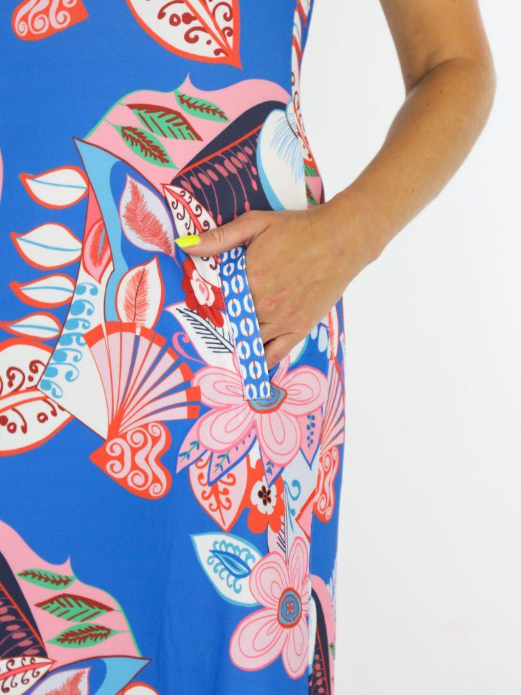 angelle-milan-mouwloze-travelstof-tuniek-in-blauw-met-roze-flower-power-print