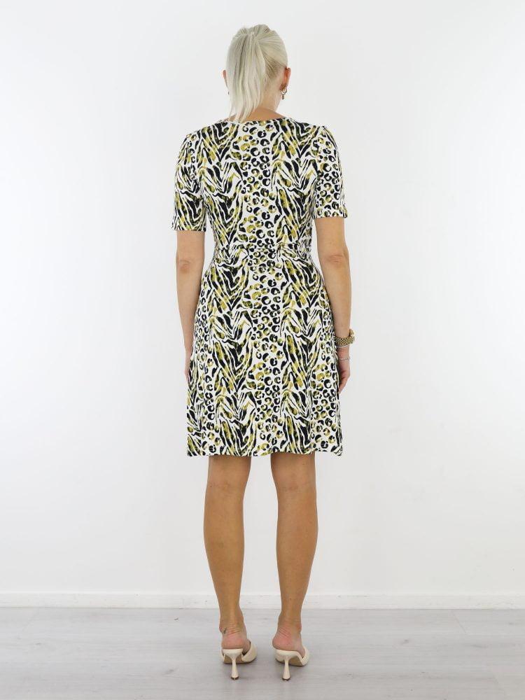 angelle-milan-travel-jurk-in-wit-met-vaste-overslag-in-groen-en-zwarte-print