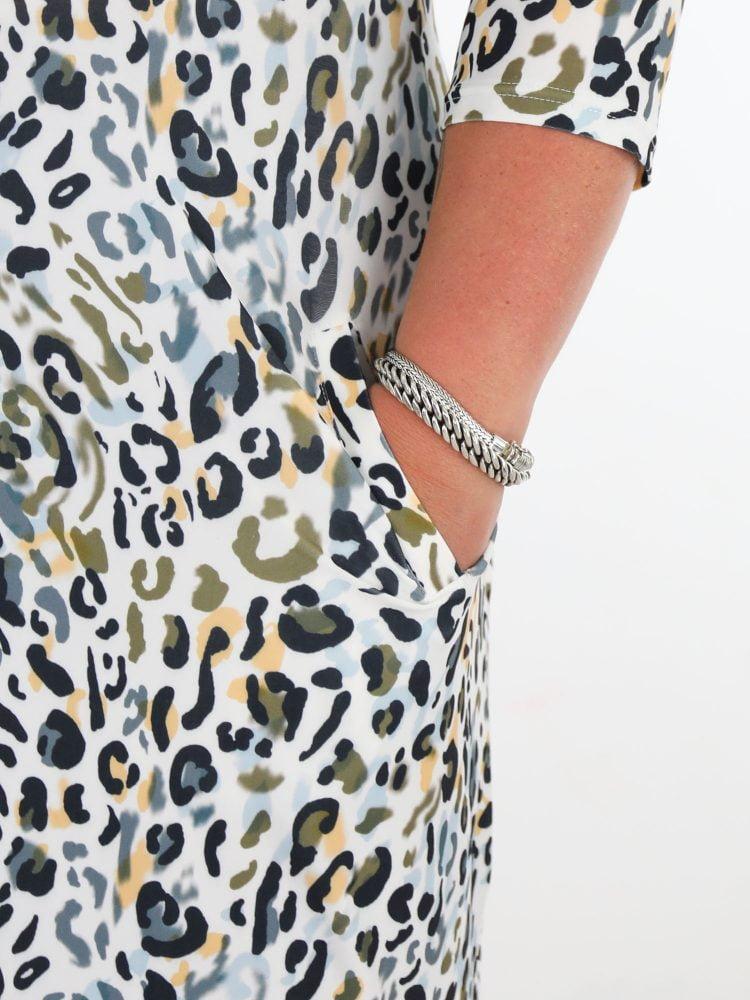 angelle-milan-travel-tuniek-in-een-witte-kleur-met-multicolor-leopard-print-plussize