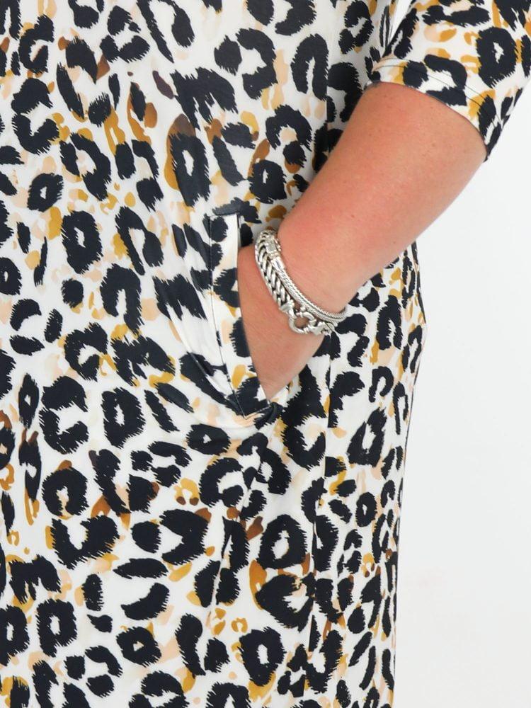 angelle-milan-travel-tuniek-wit-gekleurd-met-zwart-en-oranje-leopardprint-grote-maten