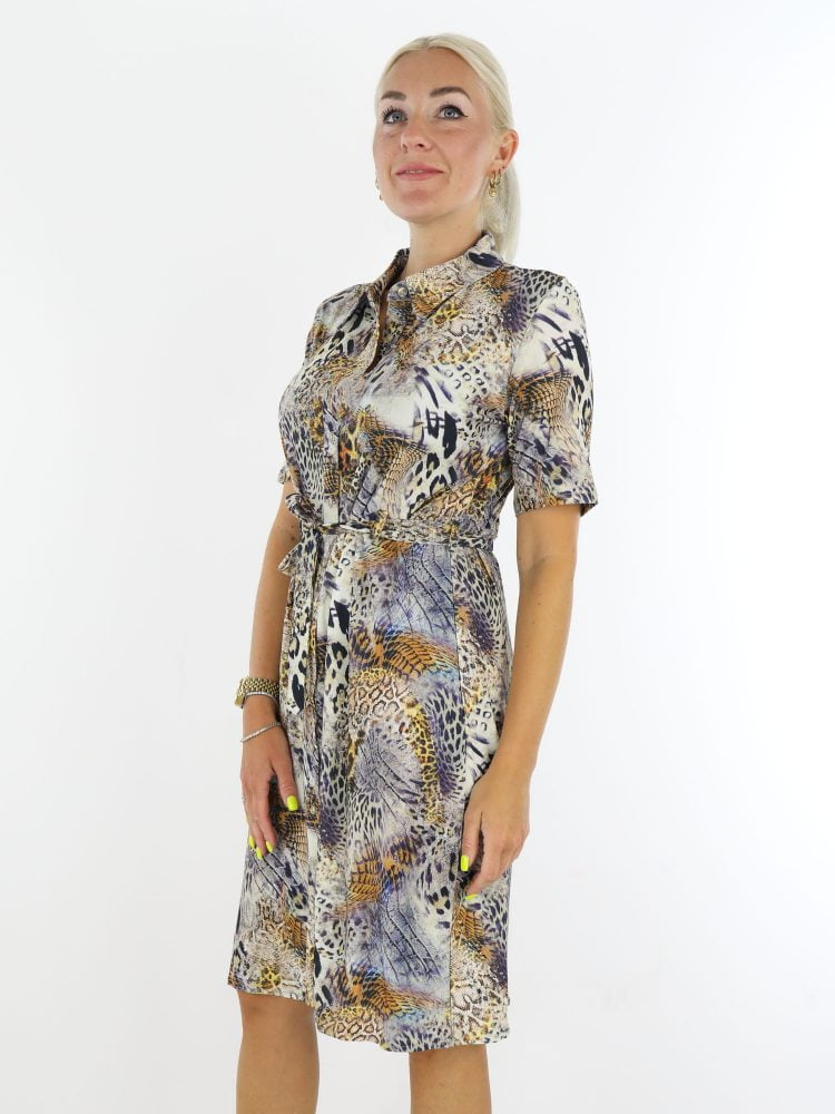 geknoopte-jurk-van-travelstof-in-beige-en-paarse-dierenprint-van-angelle-milan