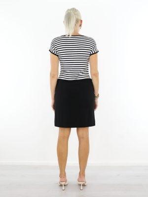 gestreept-travel-jurkje-in-zwart-en-wit-met-korte-mouwen-van-angelle-milan