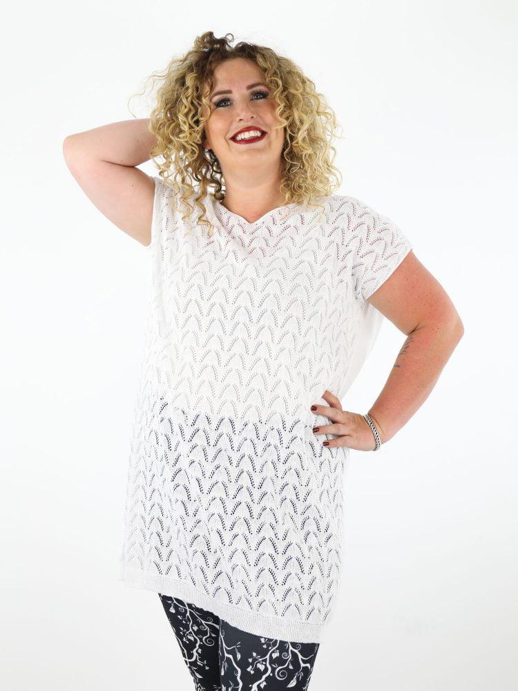 grote-maten-shirt-in-wit-gekabeld-en-fijn-geweven