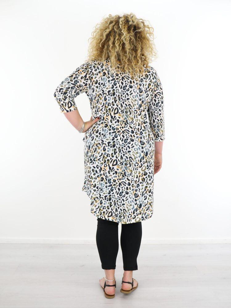 grote-maten-tuniek-van-travelstof-in-wit-met-leopard-print-multicolor-van-angelle-milan