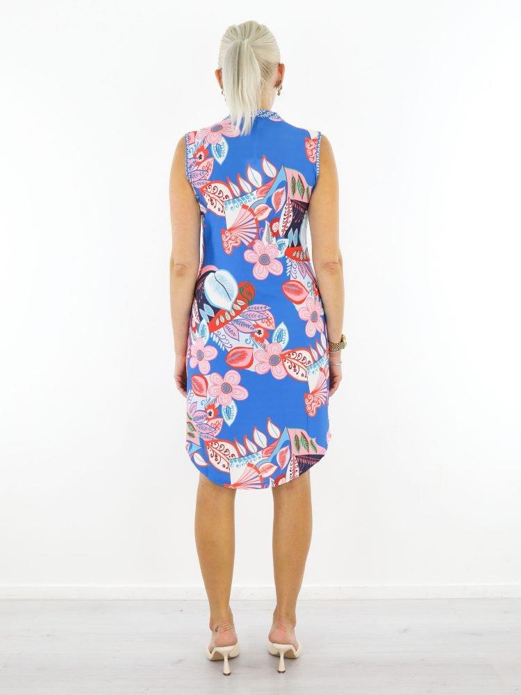 mouwloos-tuniek-in-blauw-van-travelstof-met-roze-bloemenprint-angelle-milan