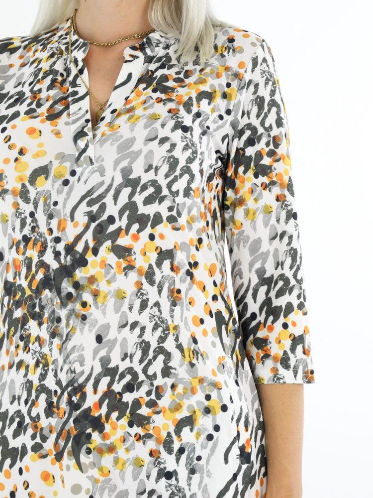 oranje-panterprint-tuniek-van-travelstof-in-wit-en-zwart-angelle-milan