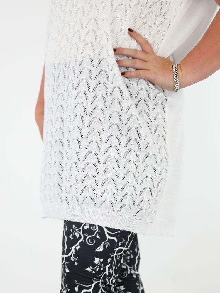 plus-size-fijn-geweven-shirt-in-wit-en-gekabeld-aan-voorkant