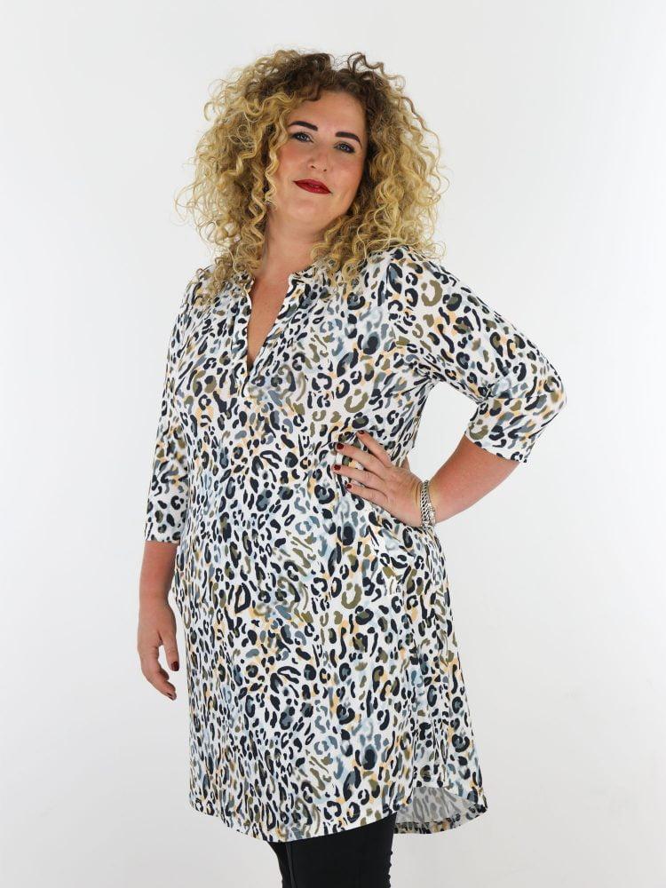 plus-size-traveltuniek-in-wit-met-multicolor-leopardprint-van-angelle-milan