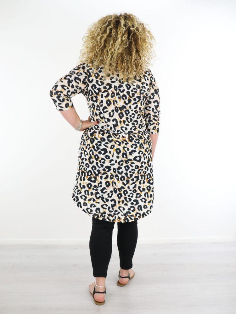 plus-size-traveltuniek-in-wit-met-zwart-oranje-leopard-print-van-angelle-milan