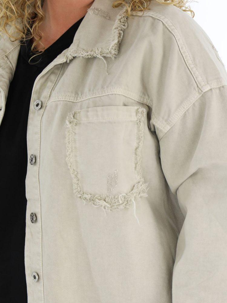 ripped-spijkerjasje-in-een-beige-kleur
