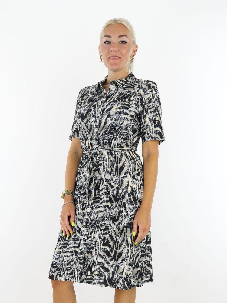 traveljurk-in-zwart-met-beige-taupe-abstracte-print-angelle-milan