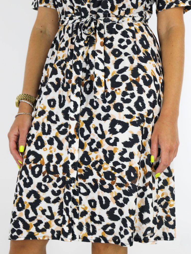 travelstof-jurk-wit-met-zwartoranje-leopardprint-van-Angelle-Milan