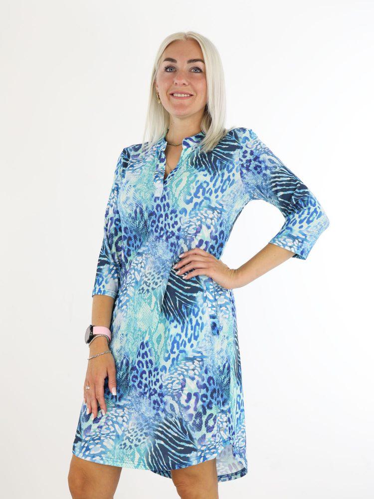 traveltuniek-in-blauw-met-dierenprint-van-angelle-milan