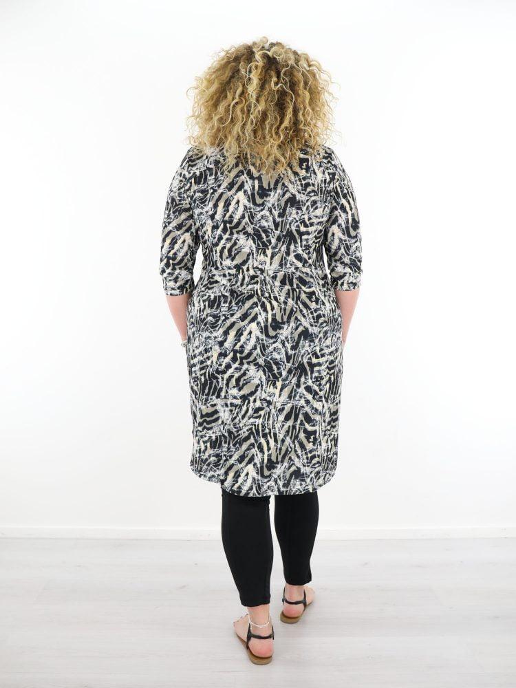 traveltuniek-in-zwart-van-angelle-milan-met-taupe-en-beige-abstracte-print-plus-size