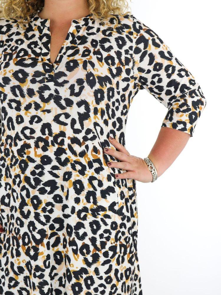 tuniek-van-travelstof-grote-maten-in-wit-met-zwart-oranje-leopardprint-van-angelle-milan