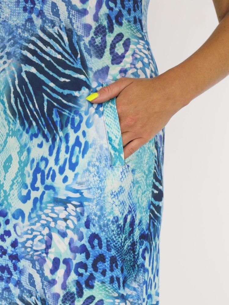 tuniek-van-travelstof-in-blauw-met-dierenprint-van-angelle-milan