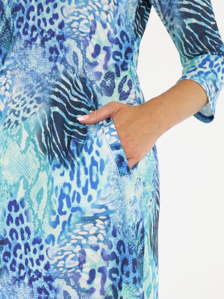 tuniek-van-travelstof-in-blauwe-kleur-met-dierenprint-van-angelle-milan