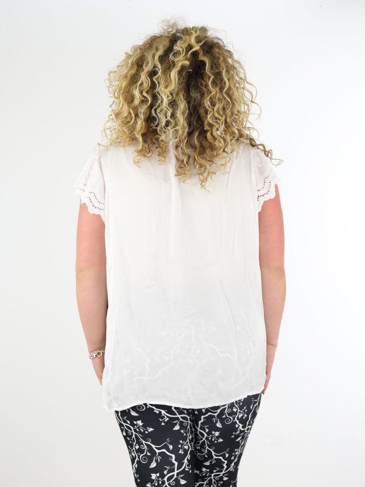 wit-plussize-t-shirt-van-satijn-met-kanten-mouwtjes