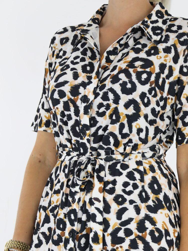 witte-travel-stof-jurk-met-zwart-oranje-leopardprint-van-Angelle-Milan