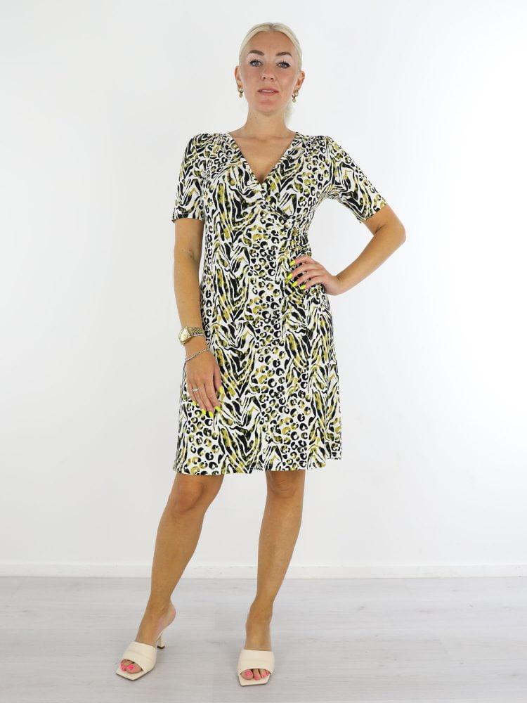 witte-travelstof-jurk-met-overslag-en-zwart-groene-print-van-angelle-milan