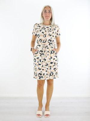 witte-travelstof-jurk-met-zwart-beige-vlekkenprint-angelle-milan