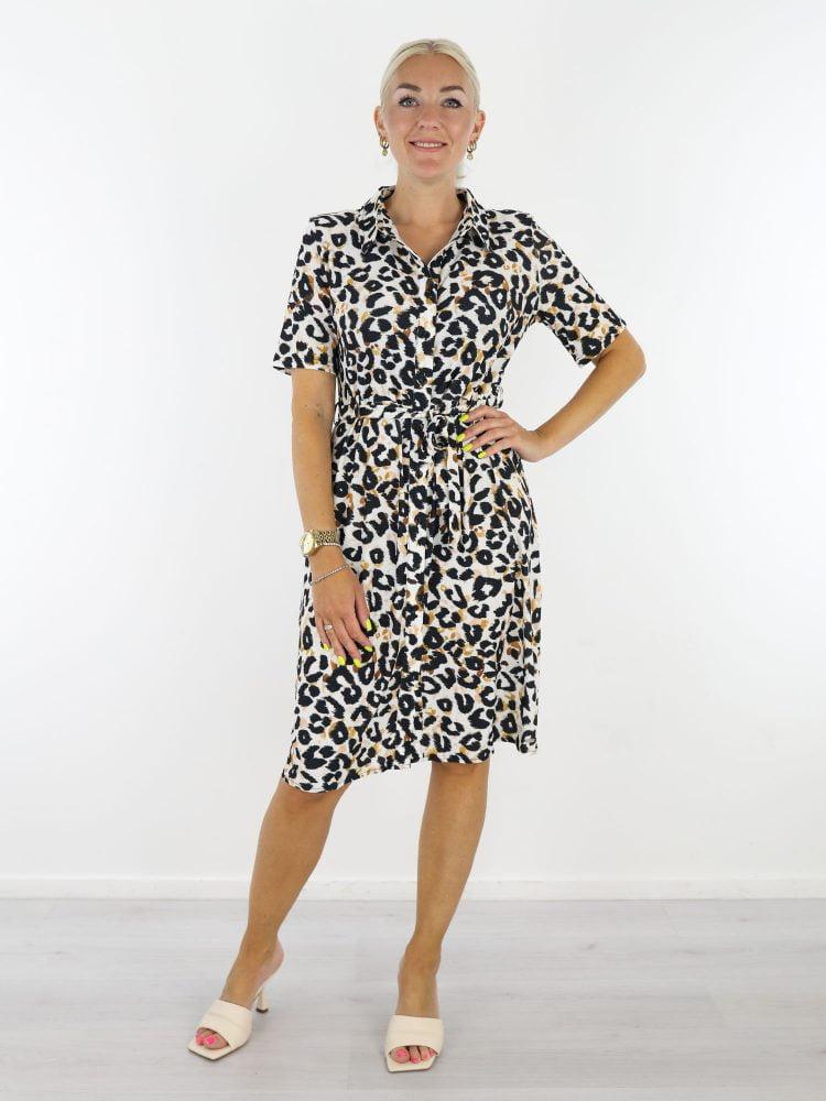 witte-travelstof-jurk-met-zwart-oranje-leopardprint-van-Angelle-Milan
