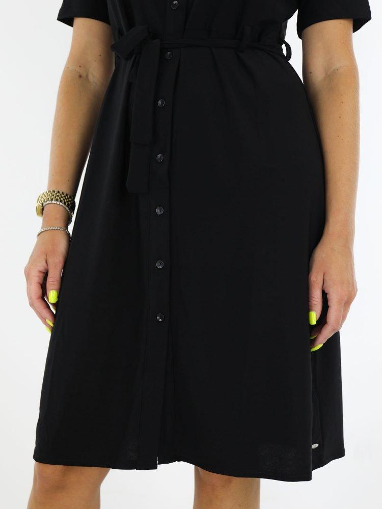 zwart-gekleurde-traveljurk-geknoopt-met-koord-om-de-middel-en-korte-mouwen