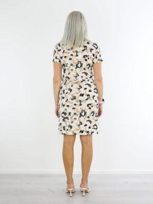 zwart-met-beige-gevlekte-jurk-van-travelstof-in-wit-angelle-milan