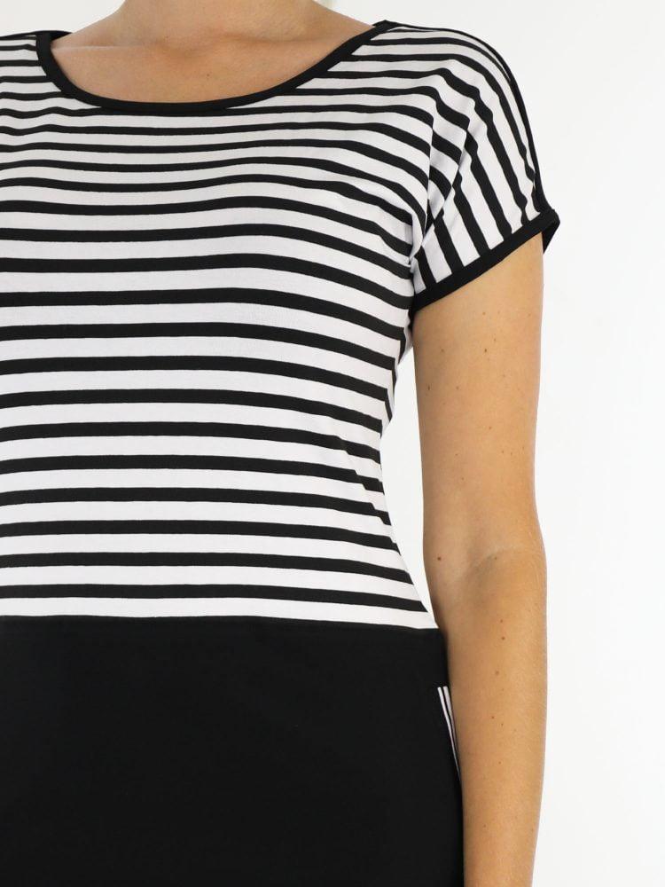zwart-wit-gestreept-travelstof-jurkje-van-angelle-milan-met-zwart-egale-onderkant