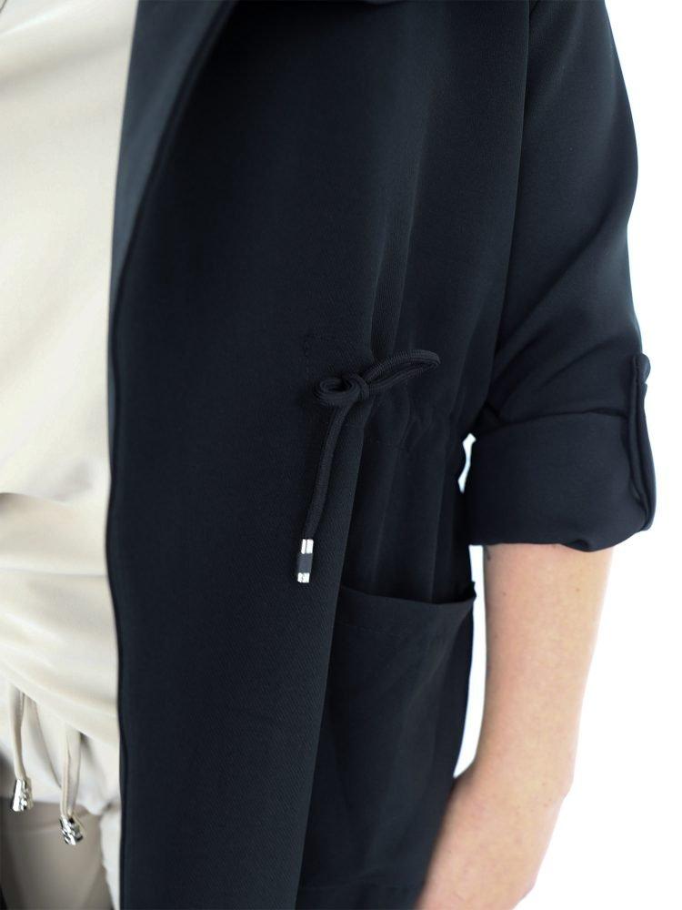 Lange-zwarte-jas-aantrektouwtjes