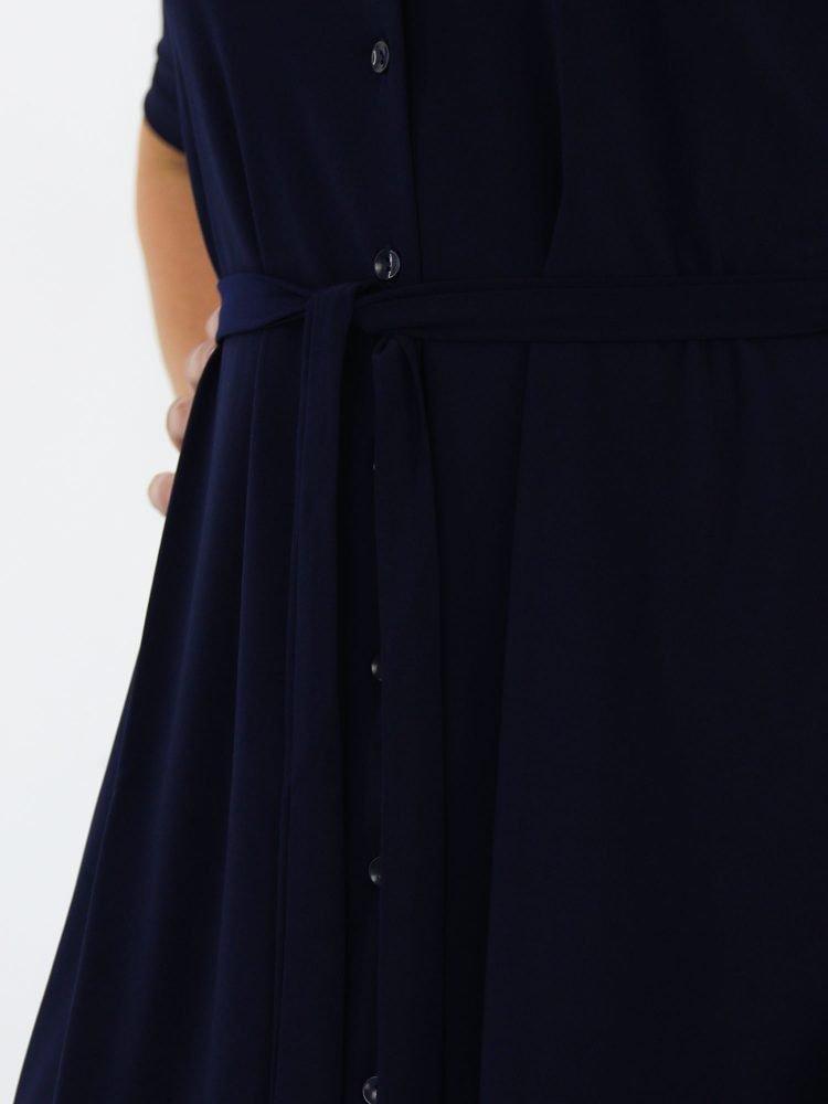 angelle-milan-geknoopt-jurkje-van-travelstof-in-marine-blauw-met-borstzakje-en-koord