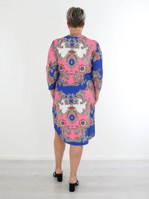 angelle-milan-traveltuniek-in-blauw-met-oranje-en-roze-paisley-print