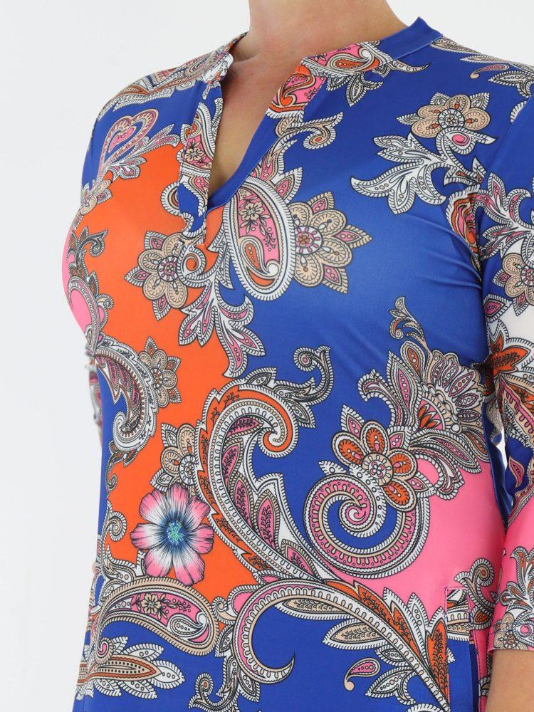 blauwe-tuniek-van-travelstof-met-oranje-en-roze-paisleyprint-van-angelle-milan